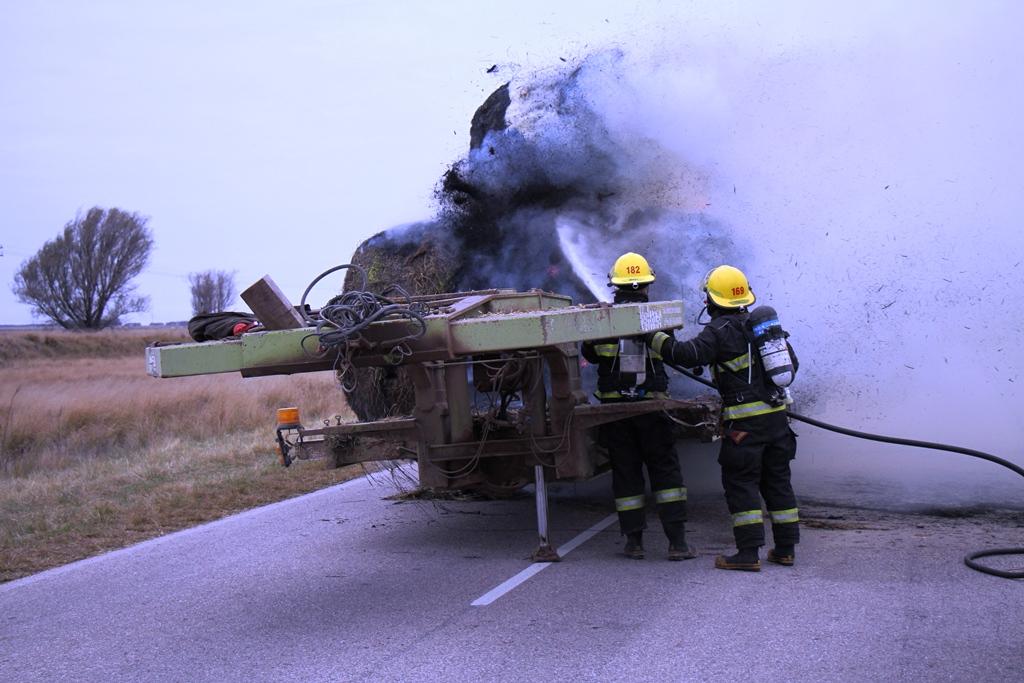 Se incendió el carretón de un camión que iba cargado con rollos en Ruta 101 entre Speluzzi y Vértiz