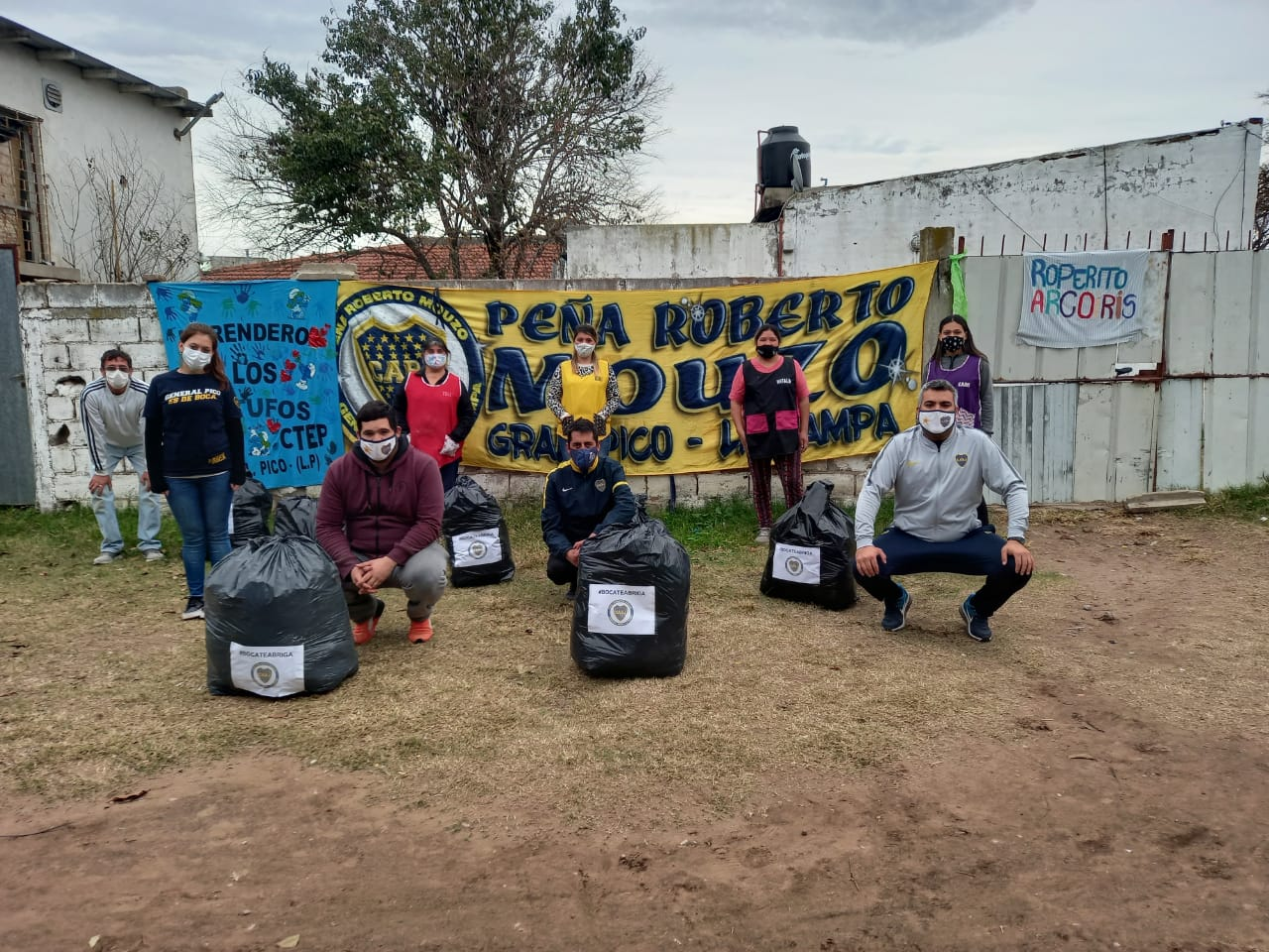 """La Peña boquense """"Roberto Mouzo"""" entregó ropa de invierno a merenderos y familias necesitadas"""