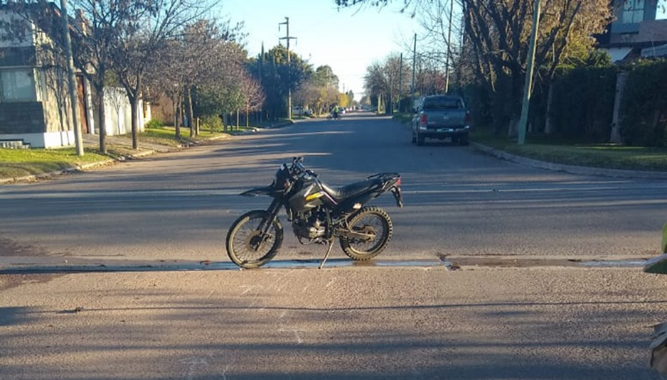 Accidente en calles 115 y 22: Joven perdió el control de la moto, terminó cayendo y fue hospitalizado