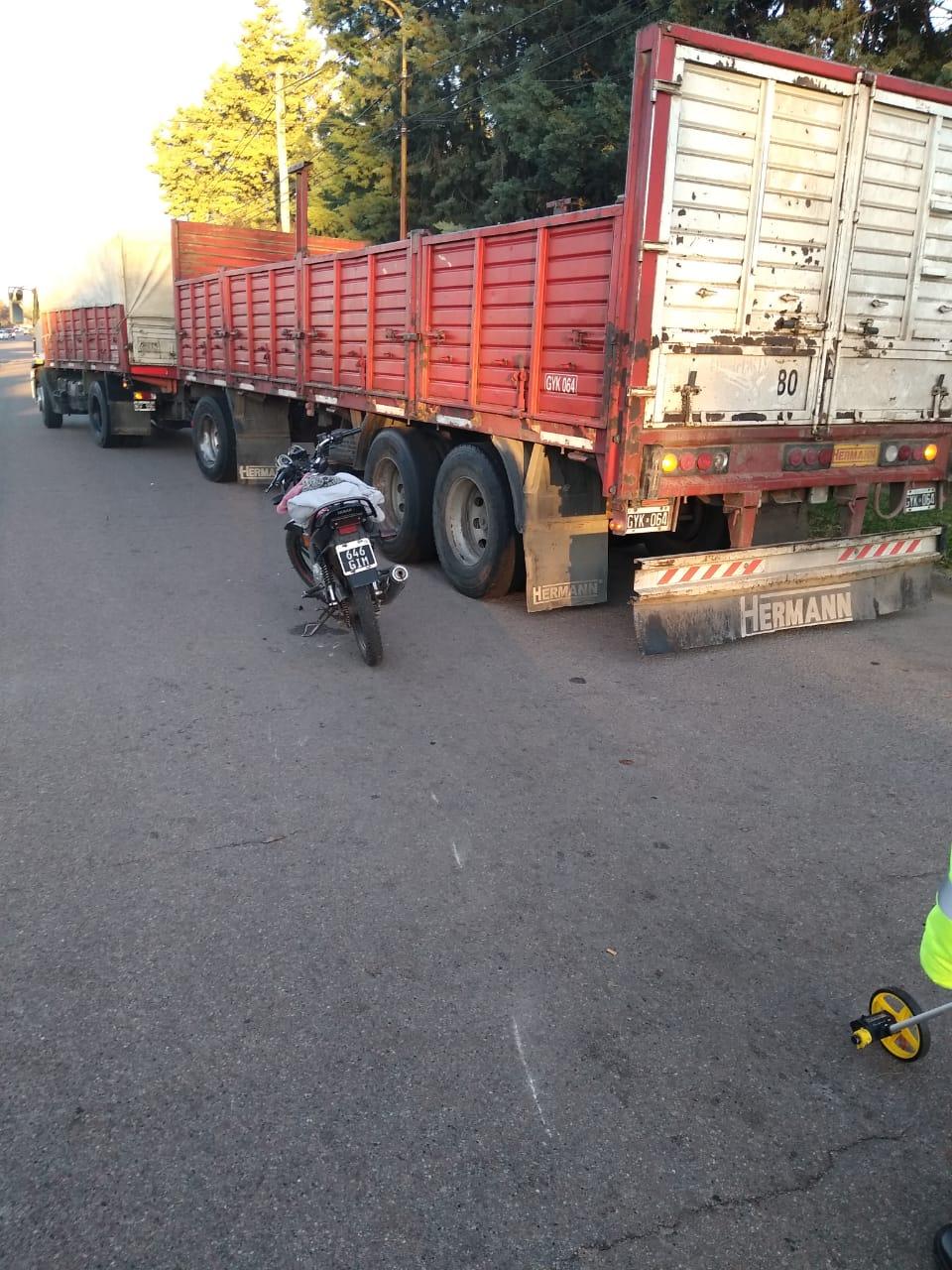 Motociclista chocó con un camión que salía de estar estacionado y fue hospitalizada