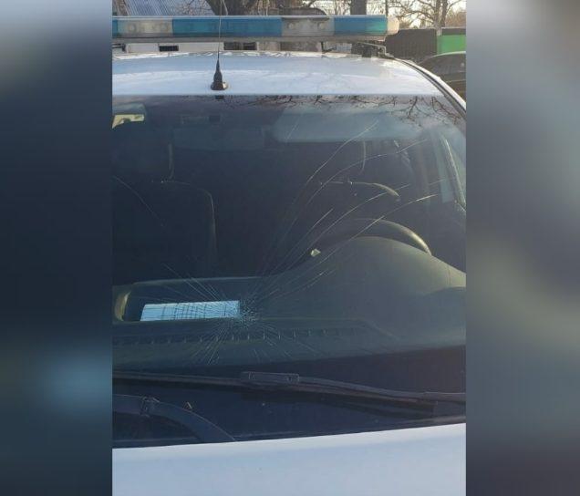 General Pico: Demoraban un joven por un robo, algunos vecinos agredieron a la Policía y rompieron un patrullero