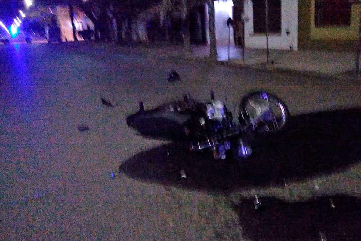 Un motociclista chocó contra la parte trasera de un vehículo y debió ser asistido por el SEM