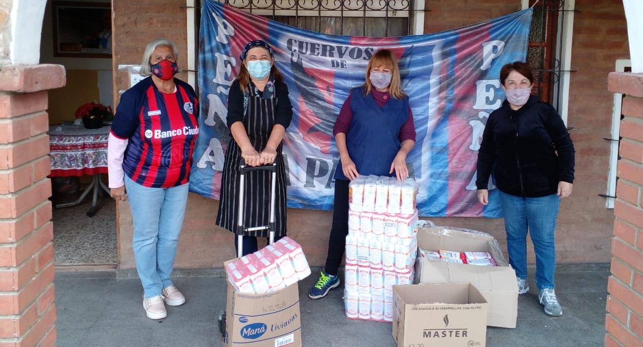 """La peña """"Cuervos de La Pampa"""" continúa con sus acciones solidarias: Esta vez donó 150 kilos de harina y útiles escolares a una Fundación"""