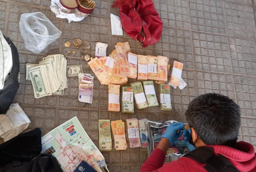 Estafa millonaria en Santa Rosa: La policía logró atrapar a quienes serían los autores con 30 mil dólares, joyas y más de 1.000.000 de pesos