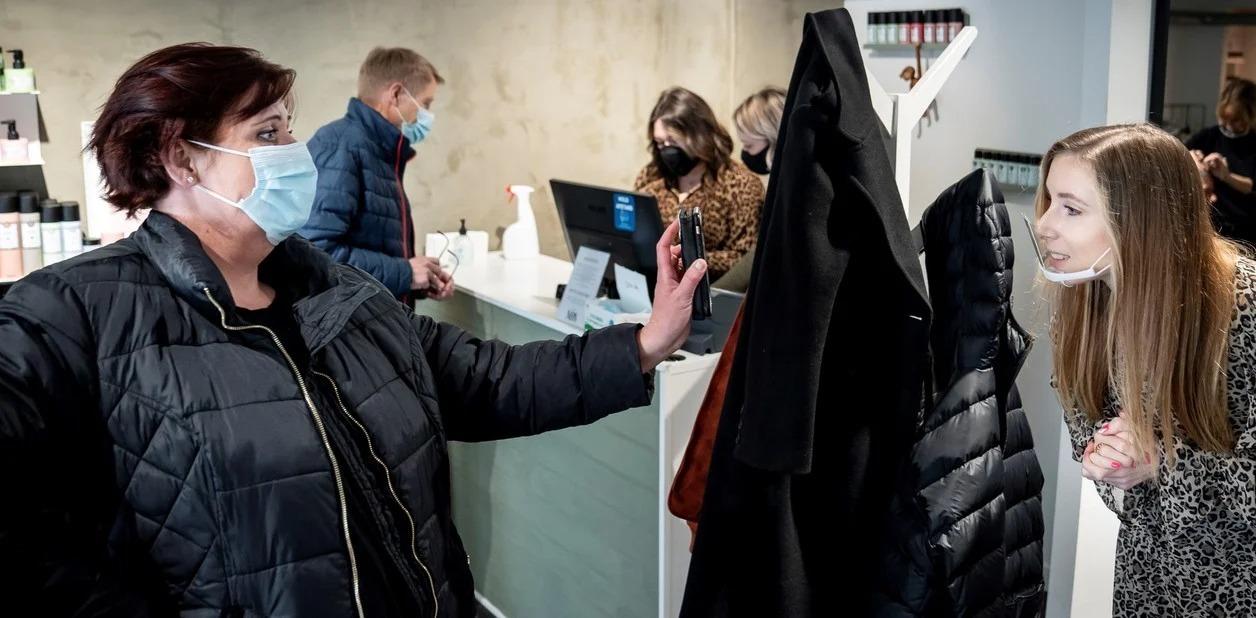 Europa empieza a sacarse los barbijos: en Dinamarca ya no es obligatorio en lugares cerrados