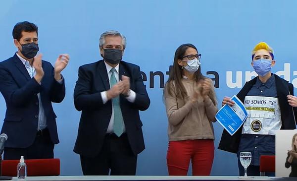 """""""No somos X"""": el reclamo a Alberto Fernández en medio de la entrega de los nuevos documentos no binarios"""