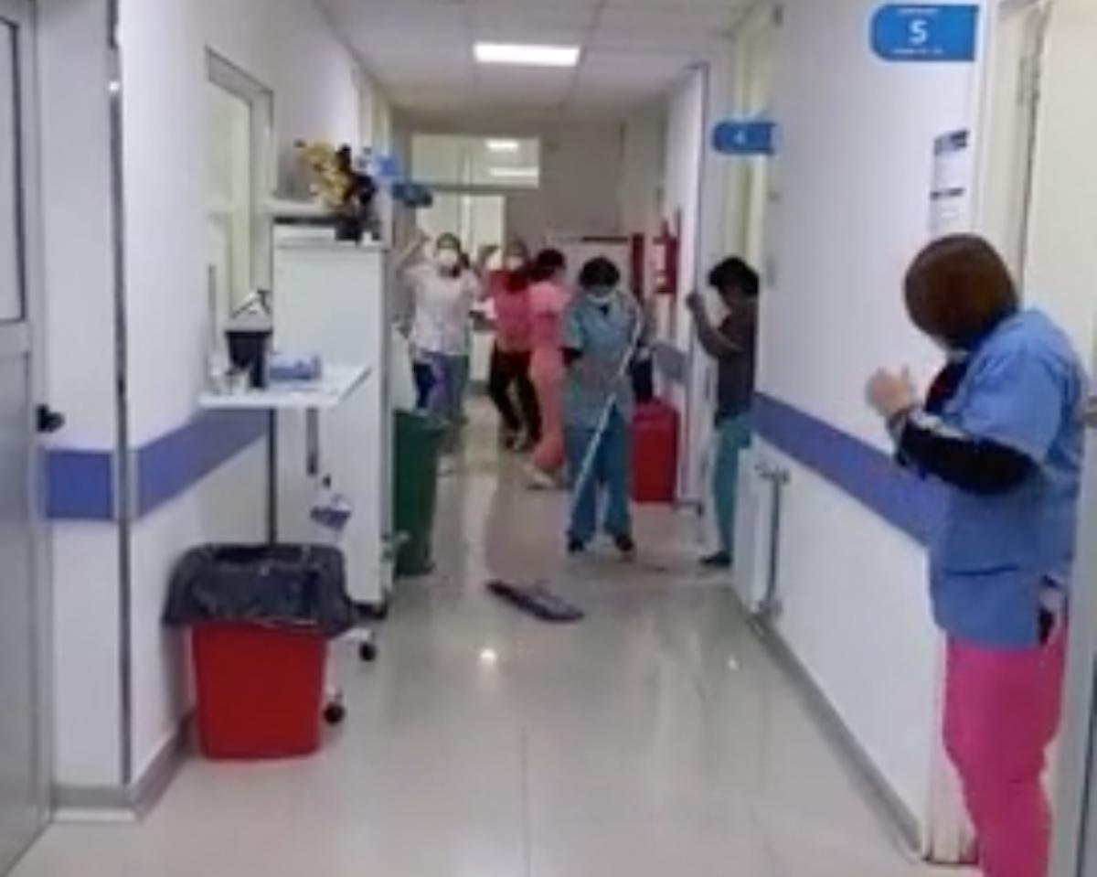 Mar de Ajó: en un hospital festejaron con un baile el primer día sin pacientes internados con Covid tras un año y medio