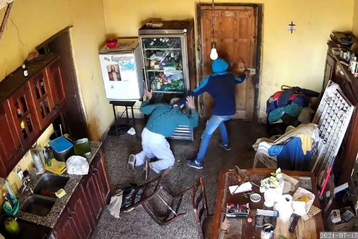 Video: brutal ataque a un jubilado de 83 años en una entradera en Moreno