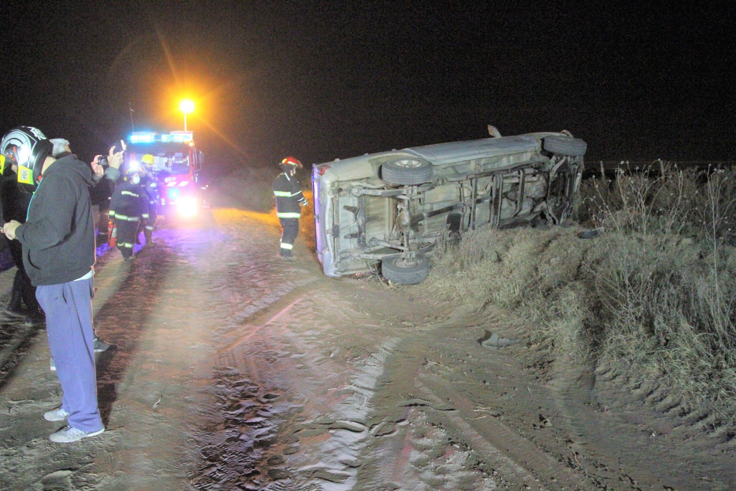 Una camioneta S10 volcó en camino vecinal a 11 kilómetros de General Pico: Un hombre fue asistido y trasladado al Hospital