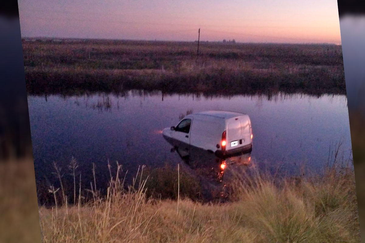 Un camioneta terminó en medio del agua llegando a General Pico