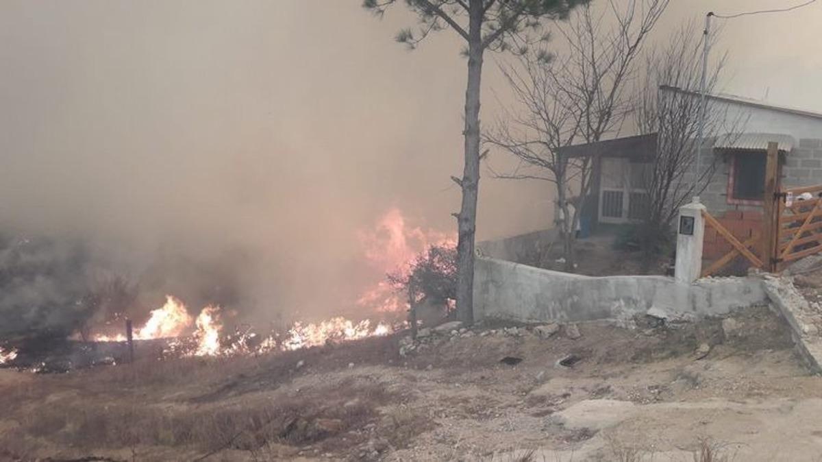Sigue el combate del fuego en Córdoba: 80 casas quemadas