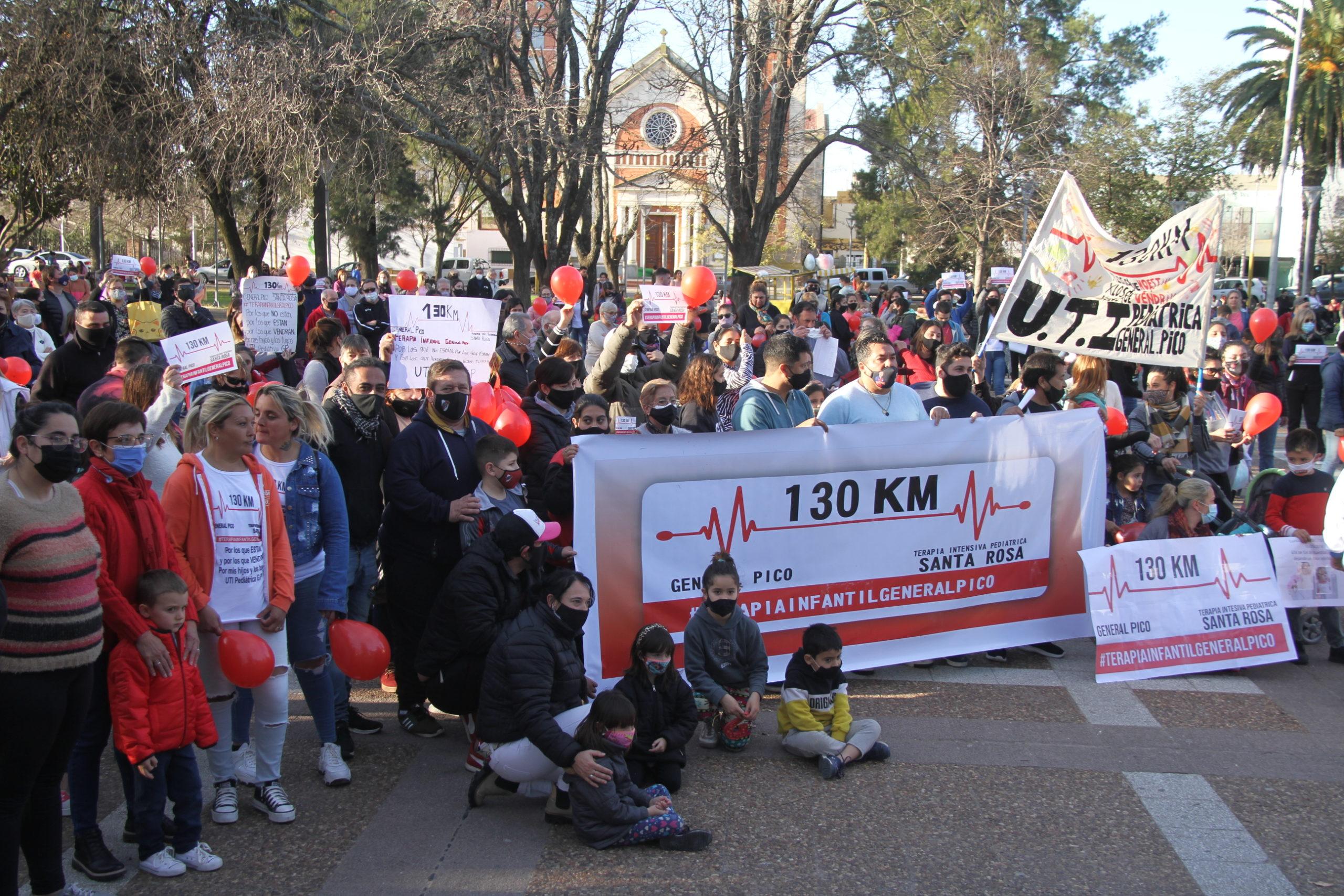 """Cientos de vecinos piquenses se movilizaron en la plaza San Martín para pedir por la UTI pediátrica: """"Queremos una solución ya"""""""