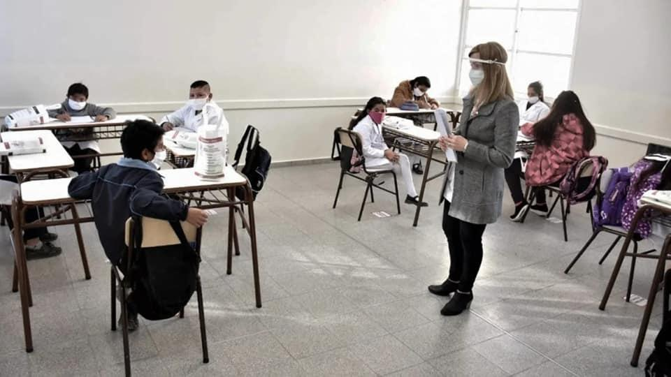Presencialidad plena en La Pampa: en las escuelas que tengan menor distancia usarán barbijo tricapa, medidores de dióxido y harán testeos semanales de COVID-19