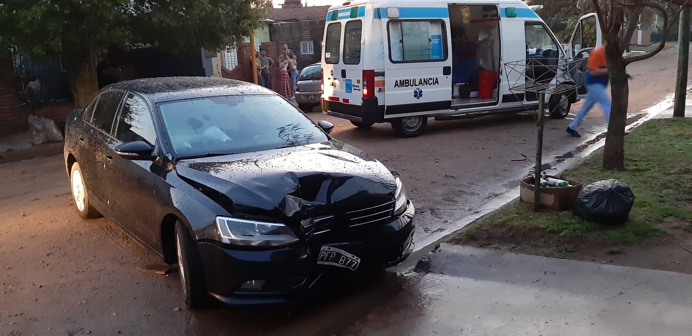 Un auto chocó contra un árbol y terminó su marcha a unos 100 metros