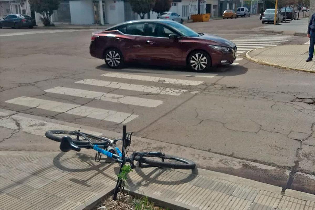 Una mujer fue hospitalizada al colisionar una bicicleta con un auto en Av. San Martín y Calle 5