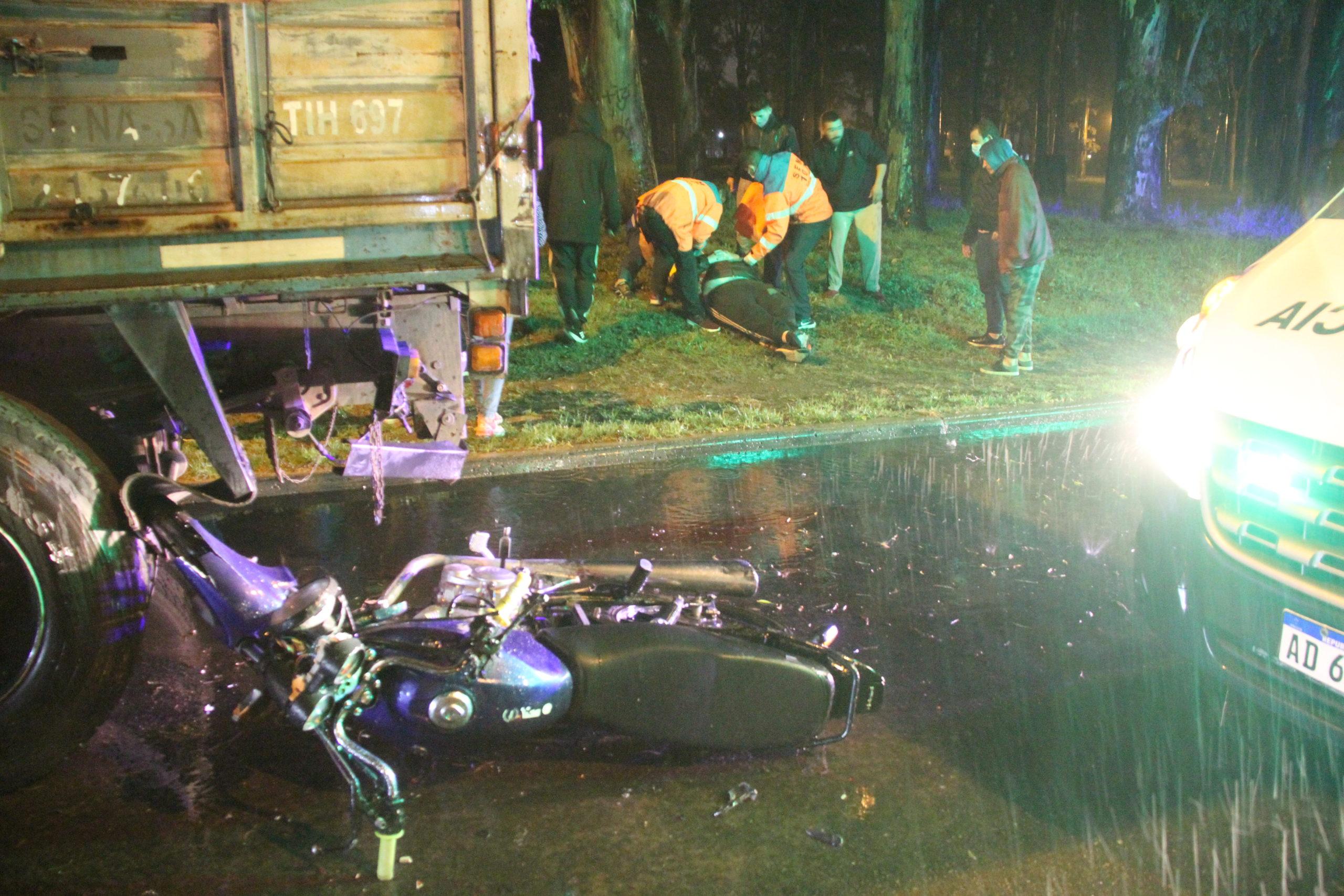 Grave Accidente: Trasladan un motociclista al hospital después de chocar contra un camión estacionado