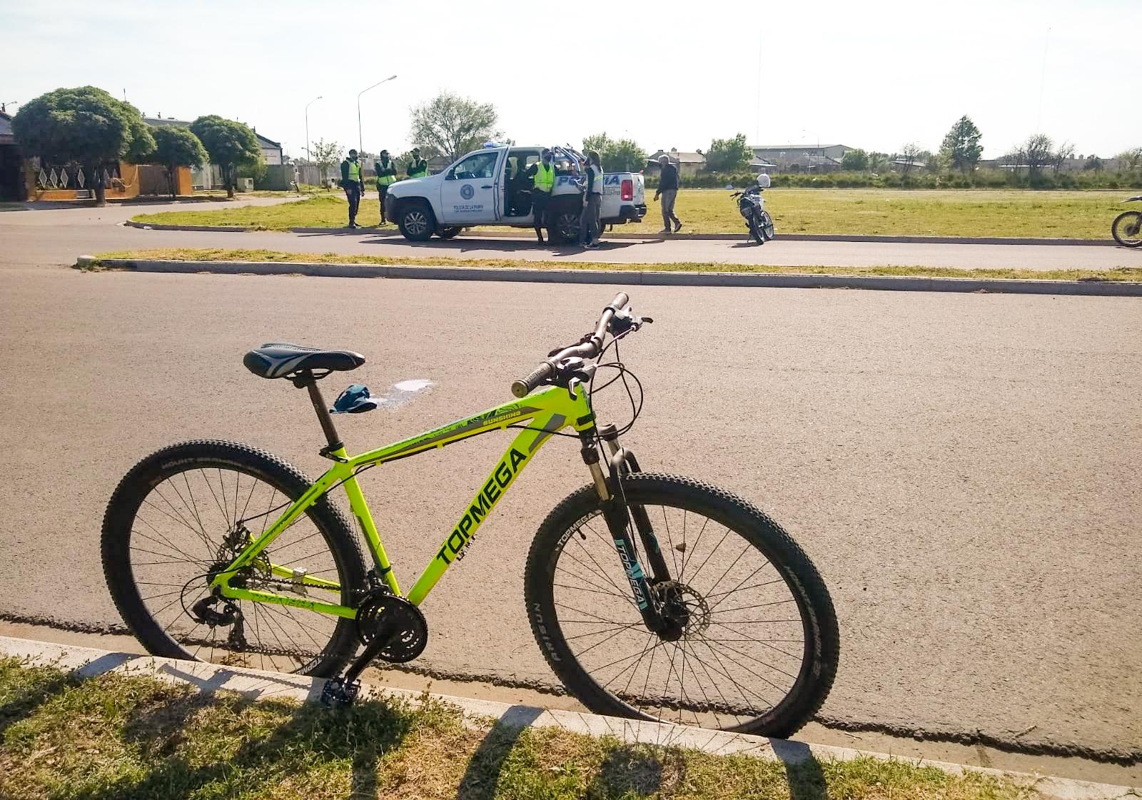 """Una joven ciclista de 25 años sufrió un """"traumatismo craneoencefálico grave"""" tras un siniestro vial en General Pico"""