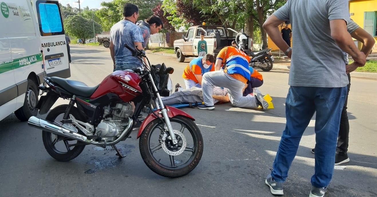 Choque entre remis y moto en barrio Ranqueles: Un hombre fue hospitalizado con lesiones leves