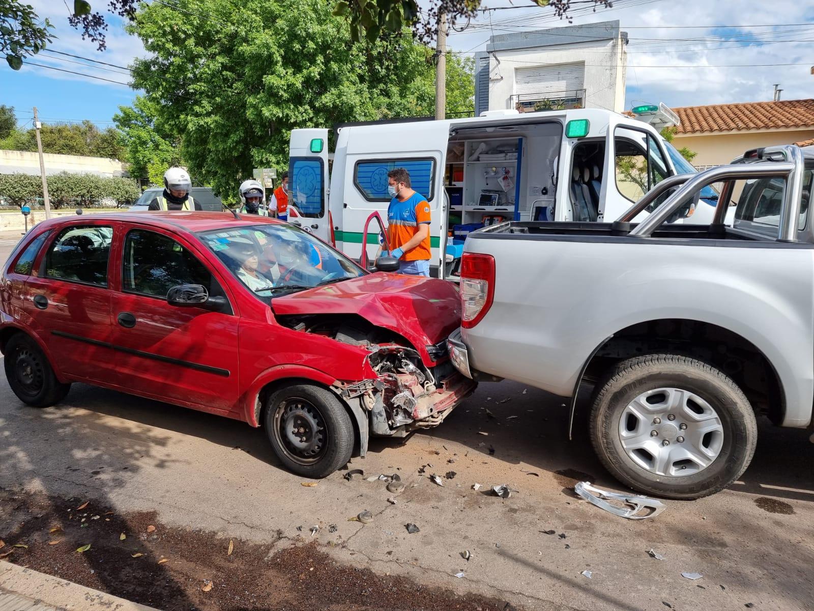 Choque entre auto y camioneta dejó una mujer  con golpes pero no fue trasladada al hospital